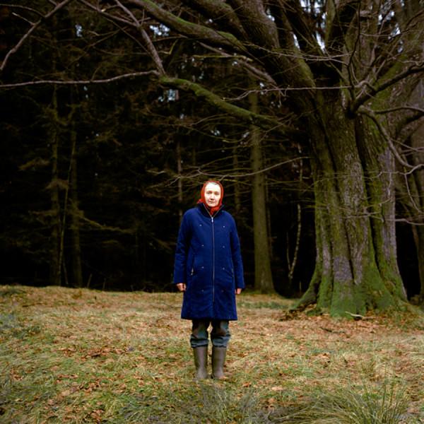 Rosemarie Wolf war auf den Bauernhof Kastl geboren und lebt dort bis jetzt. Ihre Eltern waren schon alt als sie geboren wurde und sie war ein Einzelkind. Heute ist sie verheiratet und besitzt neben ihren Holzofenherd noch einen Computer mit DSL-Anschluss.