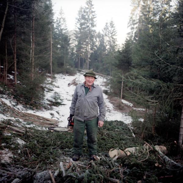 Schwoazn Herrmann ist ein ehemaliger Holzfaeller. Auch hatte er eine der ersten Ferienwohnungen im Lamer Winkel. Heute vermietet er diese Wohnungen nicht mehr und ist auch nicht mehr angestellt. In den Wald geht er immer noch. Jeden Tag.