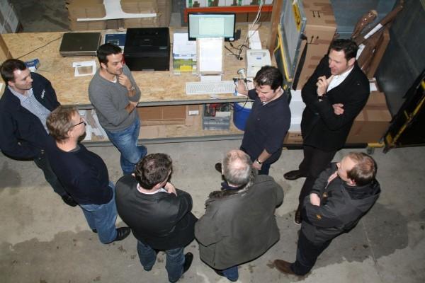 Willi Fürst (3.v.r.) in seinem Element: Lebhaft, begeisternd und überzeugend erklärte der Firmenchef seinen Onlinehandel, insbesondere ging er auf die neue Software für den Webshop im Kfz-Teilelager ein. Fotos: Landratsamt Freyung.