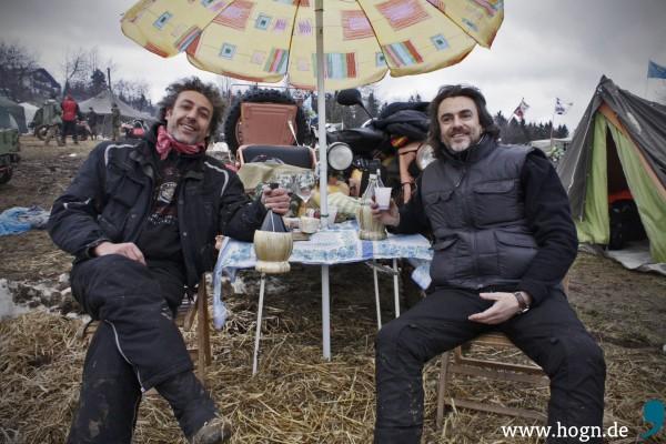 Aurelio und Marco aus Malpensa würzen den Hexenkessel mit etwas dolce vita