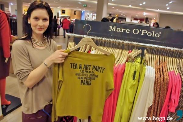 Eine Modeberaterin zeigt mir das Organic Sortiment der Marke Marc`O Polo im Modehaus Garhammer.
