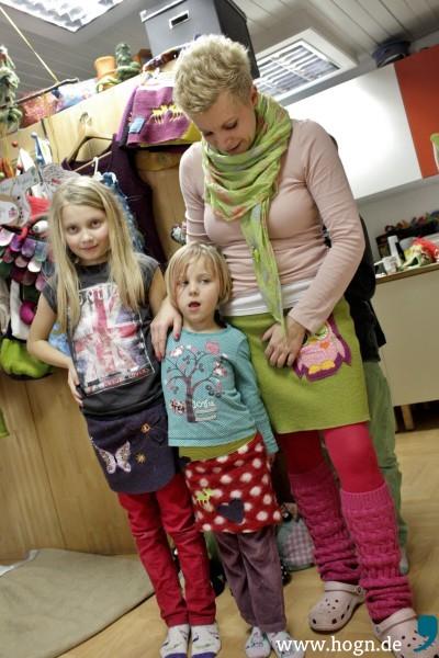 Yvonne+mit+ihren+Töchtern+Lena+(9)+und+Emma+(5)+-+alle+tragen+jetzt+die+selbst+genähten+Röcke