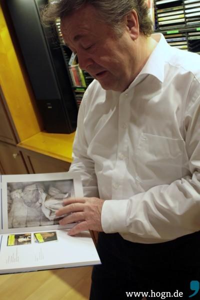 Dr. Jobst vor seiner umfangreichen CD-Sammlung, in der er für jede Störung die passende Musik gefunden hat.