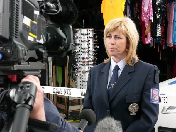 Leutnant Jitka Blahutová, die Sprecherin der Zollverwaltung in Pilsen, erklärt die Aktion gegen Markenpiraterie.