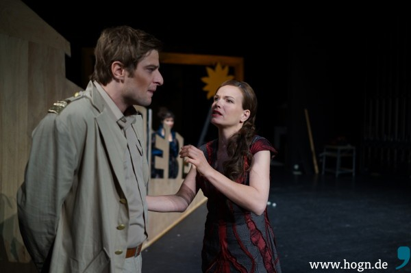 Sie verstehen die Welt nicht mehr: Amphitryon (Martin Dreiling) und Alkmene (Julia Ribbeck).