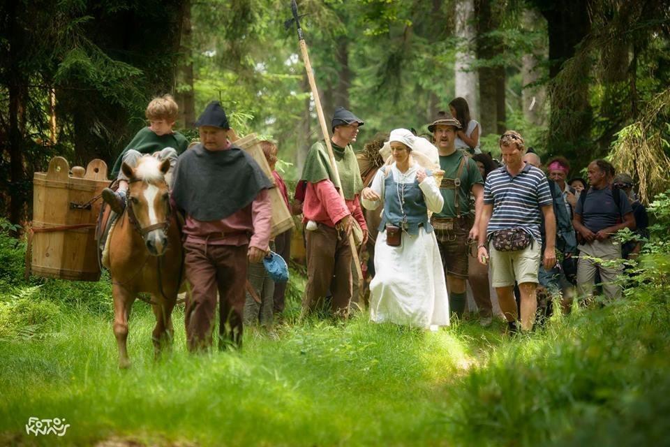 Rund 200 Frauen und Männer begingen den Säumerzug von Marchhäuser über Bischofsreut nach Grainet.
