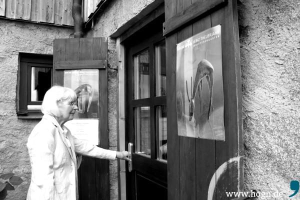 Hiltrud Salzer ahnt es schon beim Betreten der Galerie: Ohne Kunstwerk wird sie auch heute nicht herausgehen...