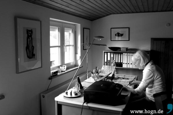 Gleich zwei Theuerjahr-Katzen schauen Hiltrud Salzer zu, wenn sie am Schreibtisch sitzt - eine Kohlezeichnung und ein Holzdruck.