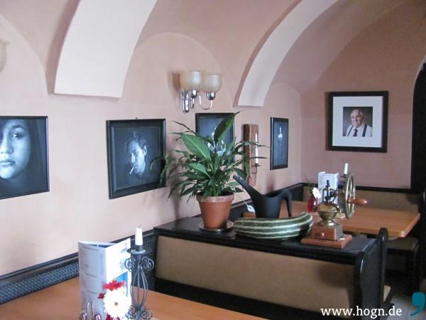 """Die Wände des """"Da Peppo"""" sind von Guarinos Fotografien gesäumt."""