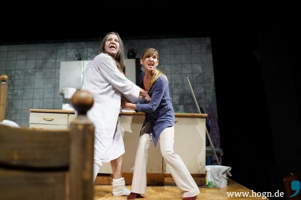 Mutter Weichsenrieder (Monika Manz) wird wild – Tochter Gerlinde (Sabine Maiß) weiß sich nicht mehr zu helfen.