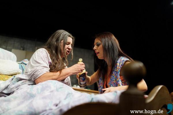 "Svetlana (Jula Zangger) schnapselt sich mit ""Omma"" (Monika Manz) locker."