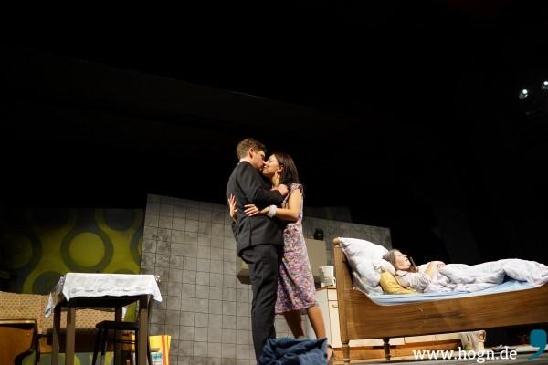 Svetlana (Jula Zangger) bandelt mit Arschloch-Sohn Rupert (Markus Baumeister) an. Mutter Weichsenrieder (Monika Manz) gefällt's.