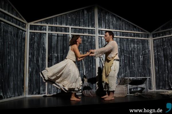 Im Elend der kargen Hütte muss manchmal auch Spaß sein: Brüderlein, komm tanz' mit mir – Gretel (Marika Rainer) fordert Hänsel (Thomas Huber) auf.