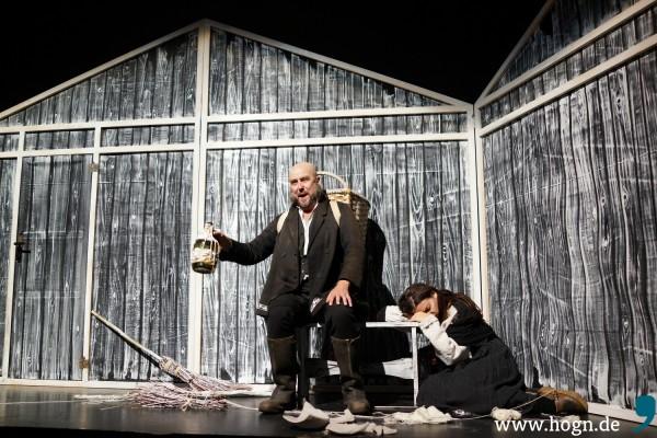 Betrunken vergisst der Vater (Jussi Järvenpää) die Sorgen, während die Mutter (Kerstin Eder) fast verzweifelt.