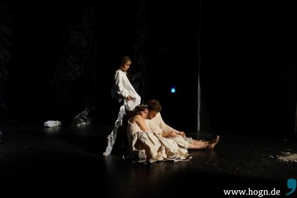 Während Hänsel (Thomas Huber) und Gretel (Marika Rainer) schlafen, bewacht sie ein kleiner Engel (Victoria Khidirova).
