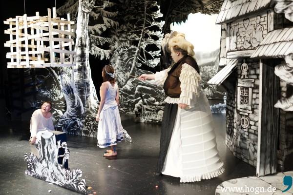 Schluss mit lustig: Die Hexe (Fritz Spengler) verbannt Hänsel (Thomas Huber) in den Käfig, um ihn zu mästen. Fotos: Rupert Rieger