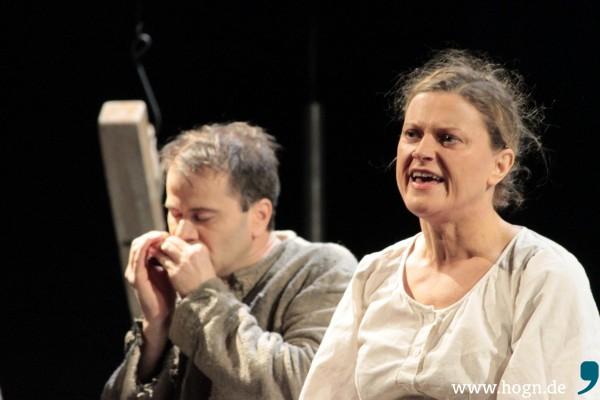 Der Kneißl hat den Blues: Markus Schramm an der Mundharmonika, Simone Neumayr singt über das arme Leben.