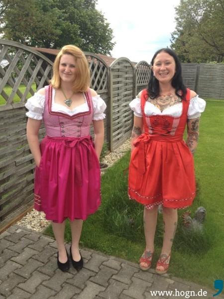 A fesch Madl: Freilich ist Karls Freundin Erin (links) mit einem Dirndl ausgestattet.