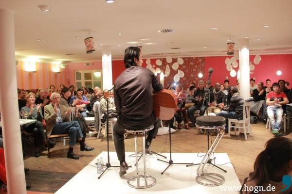 David im Café Roses am Theater an der Rott. Über 80 Zuhörer scharen sich um die kleine Bühne. Foto: Alexandr Starkmann