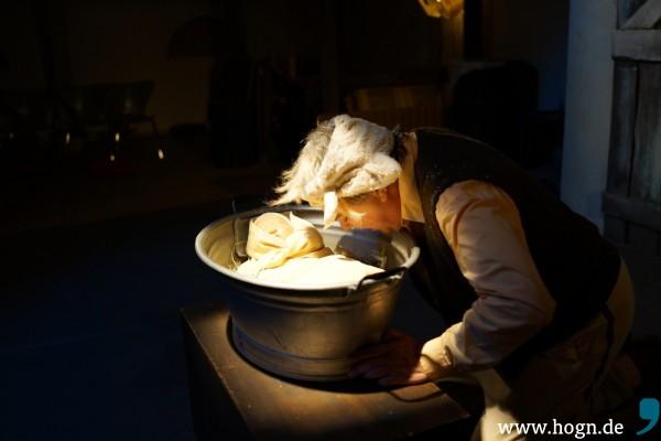 Ox (Lorenz Gutmann) macht was mit: Seine Futterkrippe wird zum Babybettchen.