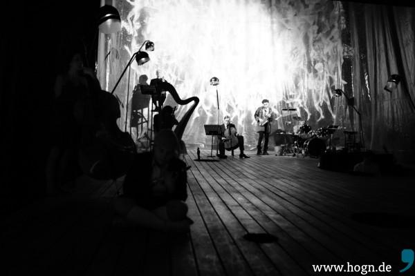 Ein schräger Bühnenaufbau für ein schräges Stück: Wenn Karl M. Sibelius Sweeney Todd inszeniert, spielen die Darsteller auch die Instrumente.