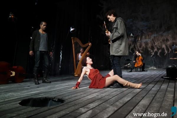 Anna Veit ist gebürtige Hauzenbergerin und hat sich als Chanson-Sängerin einen Namen gemacht. Jetzt schmeißt sie sich als Bettlerin Anthony (Christopher Ryan) vor die Füße.
