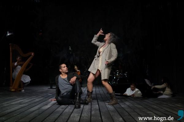 Carin Filipcic steht Sweeney als Mrs. Lovett zur Seite. Ihre kracherte Rolle harmoniert wunderbar mit ihrer klaren Stimme.