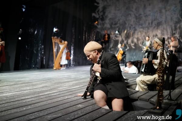 Aus Löchern im Bühnenaufbau musizieren die Darsteller (vorne Thomas Huber) heraus – das ist untergründig, mystisch und leicht gruslig.