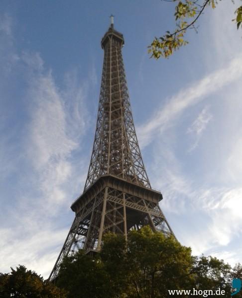 Der Eiffelturm noch hinter Büschen versteckt