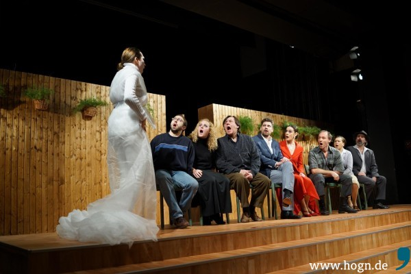 Die Gesellschaft am See sieht sich Kostjas Schauspiel an. Interaktiv. Fotos: Rupert Rieger