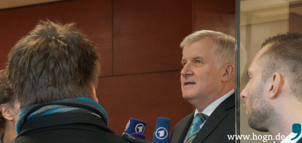 Ministerpräsident Horst Seehofer erklärt sich vor Journalisten.