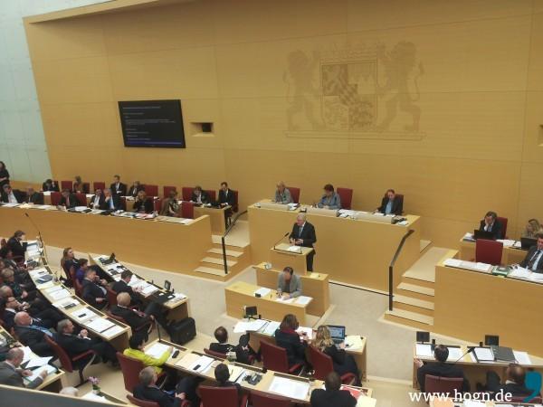 Horst Seehofers (CSU) Widersacher Hubert Aiwanger (Freie Wähler) redet in der ersten Reihe (2. von rechts) immer wieder dazwischen.
