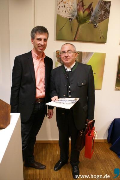 Ein Grabstein und ein Rechtsanwalt: Christian Seidel (links), erster Vorsitzender des Heimat- und Museumsvereins, benannte die zwei Verbindungen Waldkirchens zu den Freimauren.