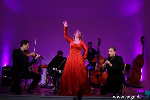So mag sie es: Christiane Boesiger umringt von den Musikern von Folksmilch.