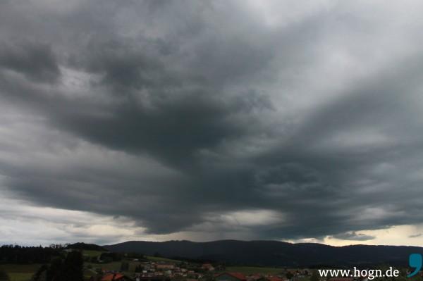 Mit dunklen Wolken muss man zu Beginn dieses Wochenendes in den Landkreisen Freyung-Grafenau und Regen noch rechnen.