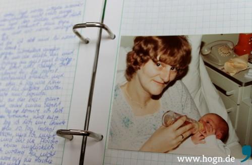 Aus dem Eltern-Kind-Tagebuch: Mama und ich - einige Tage nach meiner Geburt im Krankenhaus.