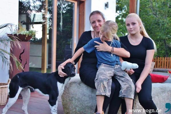 Bettina Höll, Tochter Selina und Sohn Riano freuen sich über die Spenden der Hog'n-Aktion.
