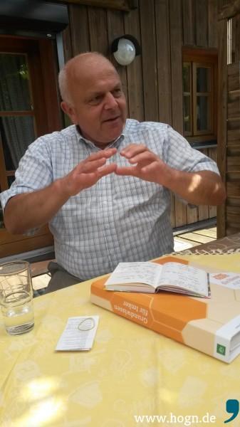 Begeistert erzählt Helmut Weigerstorfer von seinem neuen Hobby, der Imkerei.