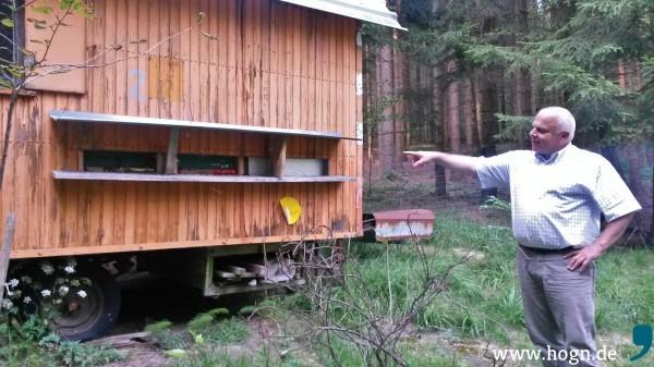Helmut Weigerstorfer bei seinen Bienen im Wald bei Herzogsreut.