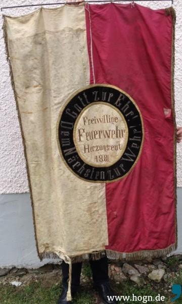 Diese Vereinsfahne der 1880 gegründeten Feuerwehr ist schon 1930 in einem jämmerlichen Zustand und sollte mit den erhofften Spenden der Herzogsreuter in Chicago erneuert werden (Fotos Christian Eller 2014).