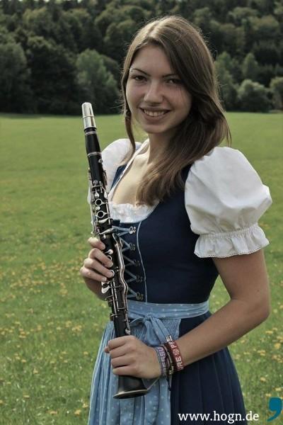 Anna zeigt, in freyunger Tracht, stolz ihr Instrument
