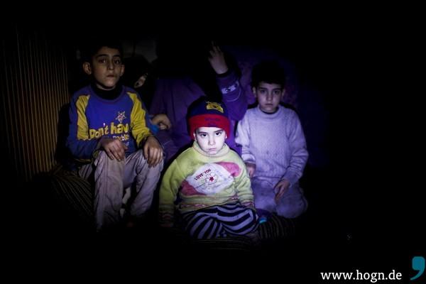 In den Kellern der Hauser verstecken sich Fluechtlinge vor den Bomben der Regierung