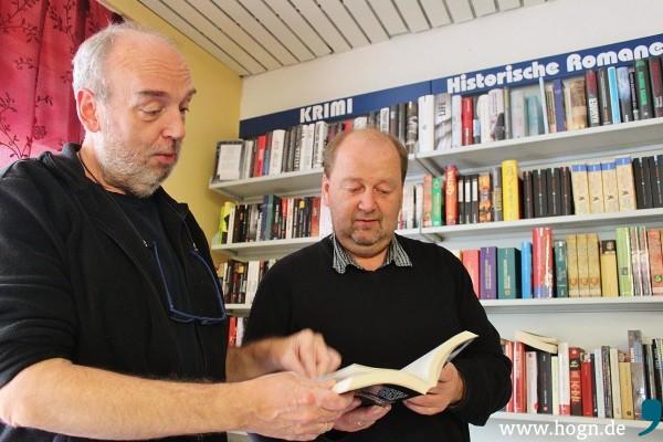 In der Krimi-Ecke - wo sollte es auch anders sein - fühlen sich Alexander Frimberger (links) und Lothar Wandtner am wohlsten.