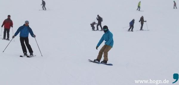Die Helden der Piste: Thomas Lenz (rote Jacke, Hintergrund), Martin Schätzl (links) und Snowboarder Christian Schmid sahen im Wintersportzentrum ganz genau hin.