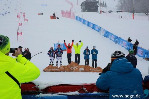 So sehen Sieger aus: Jonas Stockinger (gelbe Jacke) jubelt nach seinem Sieg im Parallel-Slalom-Teamwettbewerb. Foto: DOSB