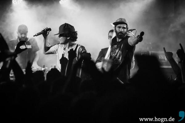Lef Dutti (links) und George Urquell überlassen auch mal den Fans das Mikrofon