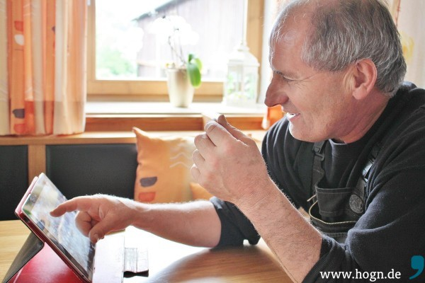Im Gegensatz zu früher verbringt ein Landwirt inzwischen viel Zeit im Büro. Hans Döringer nutzt deshalb sämtliche technische Neuerungen.