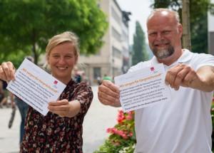 BJV-Justiziarin Berit Weide-Schörghuber und Verdi-Gewerkschaftssekretär Pascal Attenkofer informieren Bürger in der Passauer Fußgängerzone, wie die PNP mit ihren Beschäftigten umgeht.