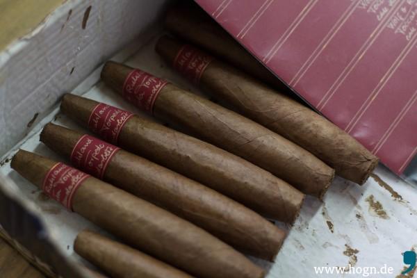 """Die """"Torcata Torpedo"""" ist die größte Zigarre im Sortiment. Sie wird einzeln in Holzkistchen verpackt und mit handgeschriebener Banderole versehen."""