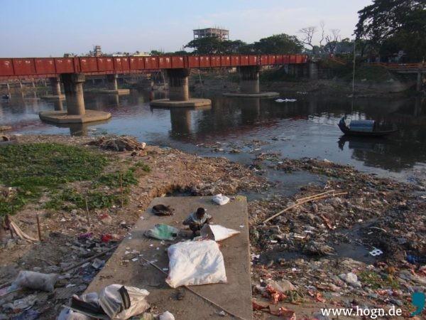 Am Turag Fluss in Dhaka hat die Chemie- und Pharmaindustrie ihren Sitz